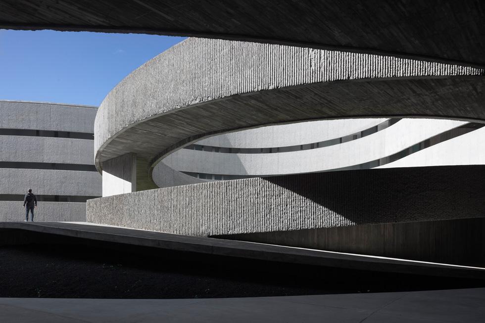 הפקולטה לאמנויות באוניברסיטת לה לגונה באיים הקנריים, של משרד האדריכלים GPY, משלבת בטון, זכוכית ומעברים מעוקלים (צילום: באדיבות World Architecture Festival announces 2016)