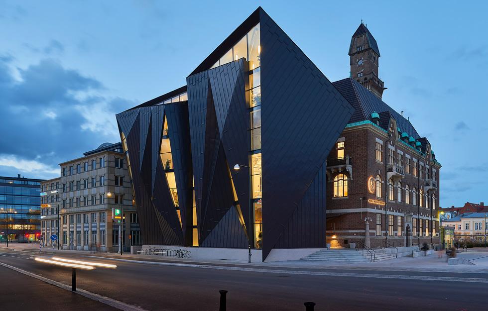 האוניברסיטה הימית העולמית במאלמו, שוודיה, היא אחד מ-343 הפרויקטים שמועמדים בעשרות הקטיגוריות של הפרס, עם חזית שמשלבת אלומיניום וזכוכית על רקע בניין היסטורי (צילום: באדיבות World Architecture Festival announces 2016)
