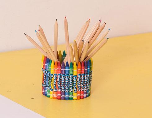 מתקן לעטים ועפרונות בכל צבעי הקשת (צילום: טל ניסים)