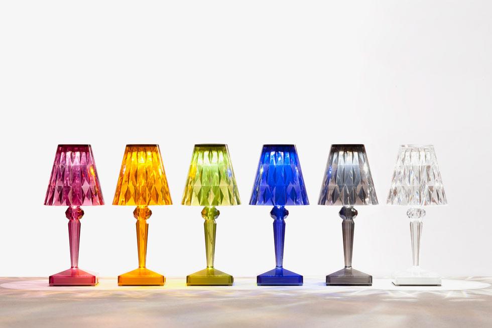 שקוף זו לא רק זכוכית: כאן בסדרת מנורות הפלסטיק של ''קרטל'', בגוונים שונים (צילום: הביטאט Kartell)