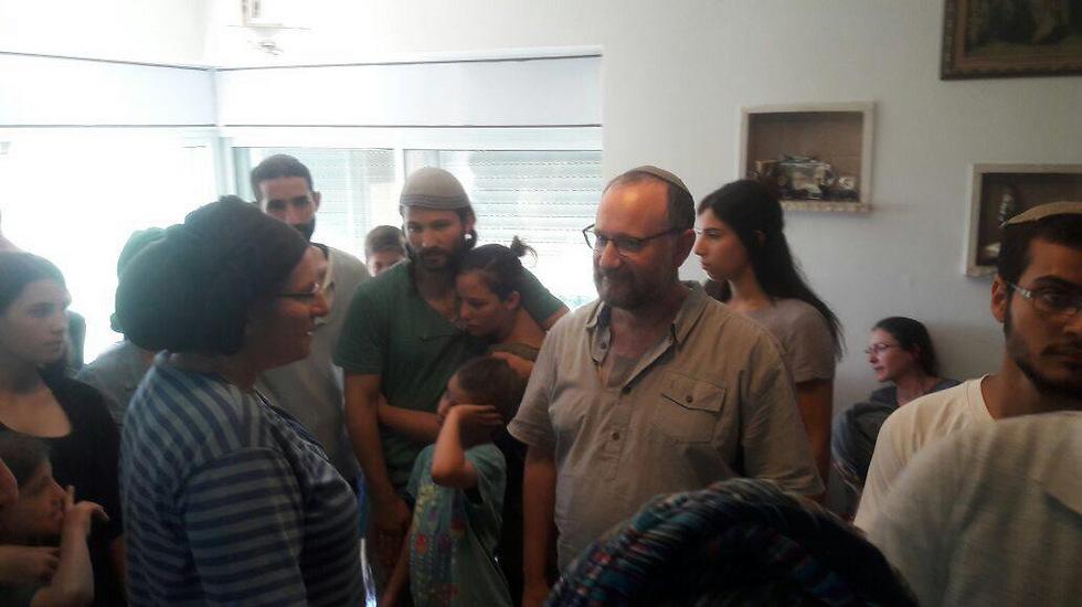 המפגש בין משפחת מרק למשפחת אריאל (צילום: דוברות הר חברון) (צילום: דוברות הר חברון)