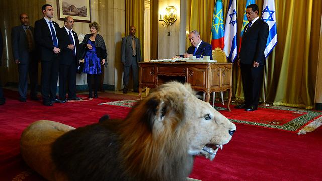 """נתניהו בנסעיתו הקודמת לאפריקה לפני כשנה, עם ראש ממשלת אתיופיה (צילום: קובי גדעון, לע""""מ) (צילום: קובי גדעון, לע"""