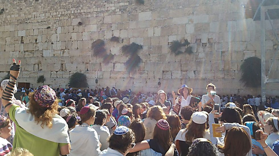 Women praying at the Western Wall (Photo: Oshrat Ben Shimshon)