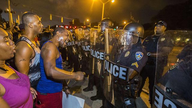 לא הולכים לעבוד? מפגינים שחורים מתעמתים עם שוטרים בלואיזיאנה (ארכיון) (צילום: AFP)