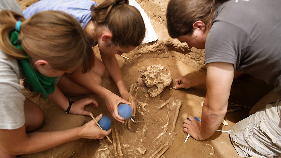 American archaeology students unearth finds during excavation works at the first-ever Philistine cemetery at Ashkelon National Park (Photo: AFP)