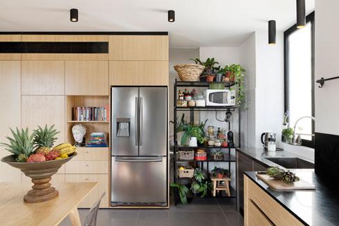 שילוב של נגרות ומסגרות במטבח (צילום: גדעון לוין)