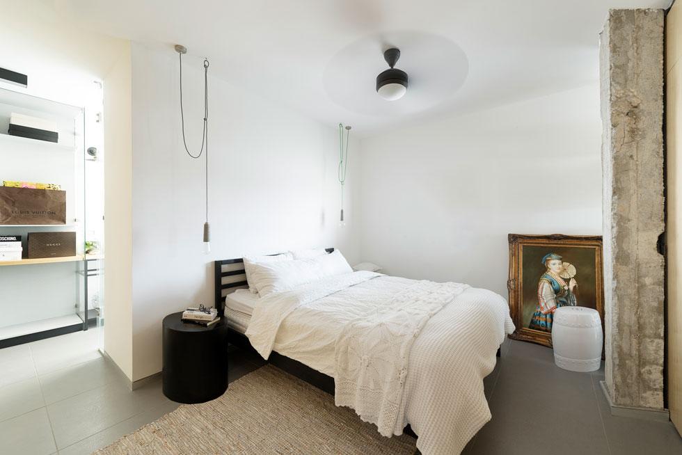 האלמנט הבולט בחדר השינה הוא עמוד הבטון התומך, שהושאר חשוף מול המיטה (צילום: גדעון לוין)