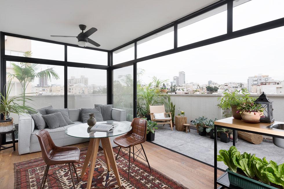 קומת הגג היא דירה קטנה בפני עצמה, עם סלון, מטבח, חדר אורחים וחדר רחצה ושירות (צילום: גדעון לוין)