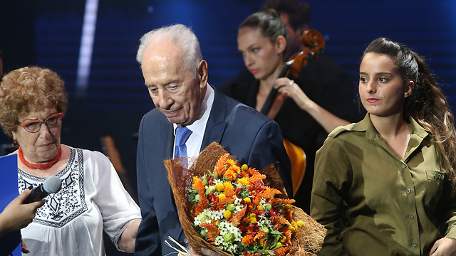 Peres with one of the hostages (Photo: Alex Kolomoisky)