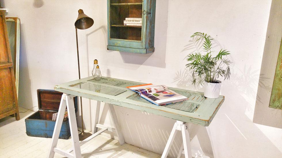 שילוב של ישן וחדש. שולחן כתיבה  המורכב מתריס ישן משוק הפשפשים ורגלי חמור מאיקאה (צילום: תומיק)