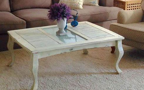 שולחן קפה משובץ בתריסים ישנים וזכוכית חלבית (צילום: תומיק)