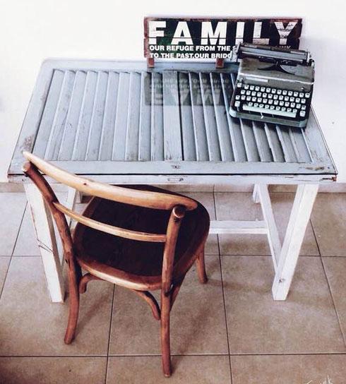 שולחן כתיבה קטן מתריס (צילום: תומיק)