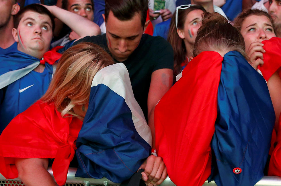 לא מוכנים לוותר על הגביע. אוהדי נבחרת צרפת (צילום: רויטרס) (צילום: רויטרס)