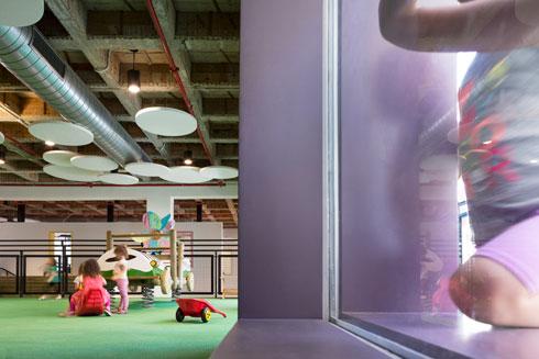 באחד מגני הילדים. שילוב של עיצוב ילדותי עם פריטים מתועשים (צילום: Mikaela Burstow Uziel)