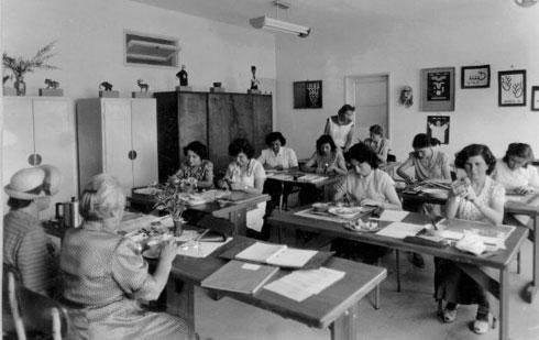 את התלמידות שעסקו כאן בלימודי משק בית והתגוררו פה מחליפים ילדים עכשוויים (צילום: מתוך אוסף שולה וידריך)