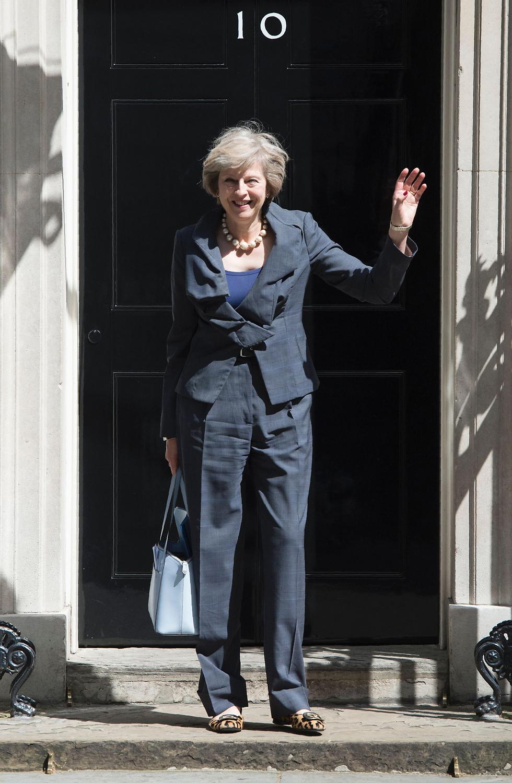 פעם מקום עבודה, מהיום יהיה גם מעונה הרשמי. תרזה מיי ברחוב דאונינג 10 בלונדון (צילום: AFP) (צילום: AFP)