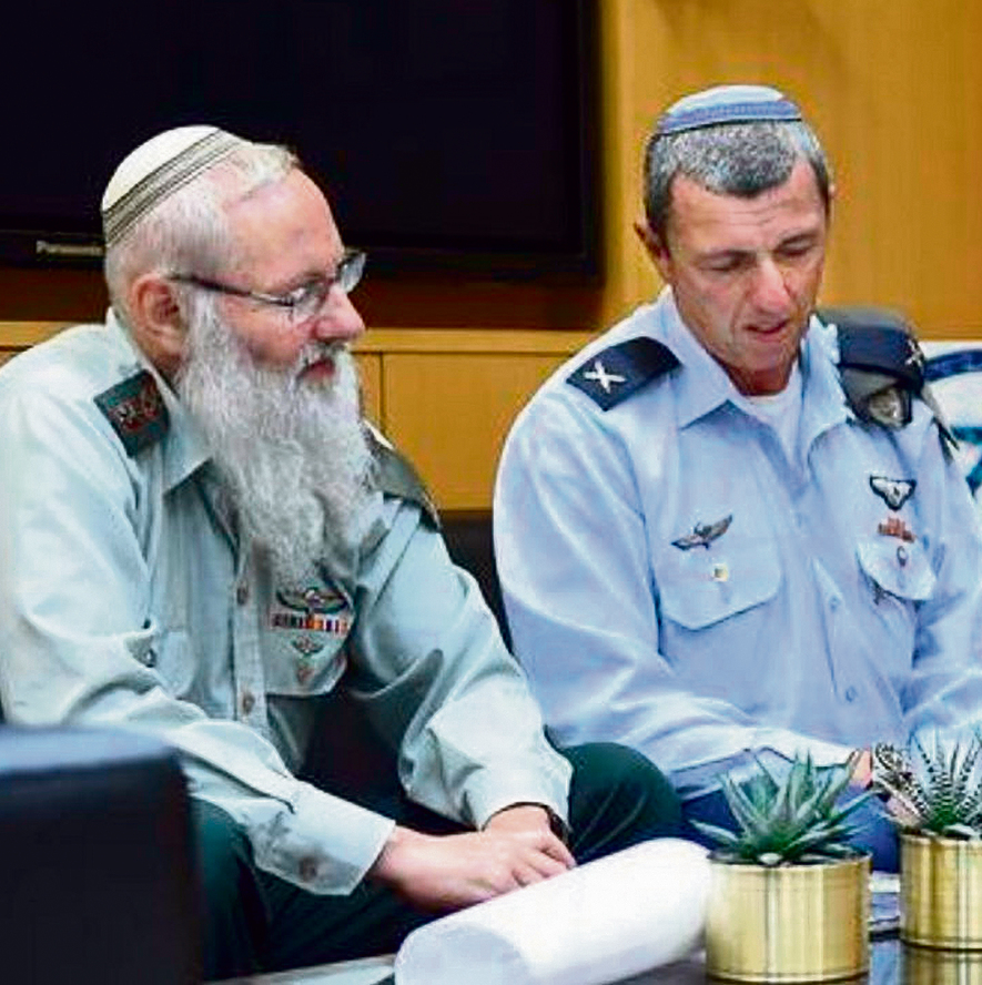 Rabbi Eyal Karim, left, with outgoing IDF chief rabbi Rafi Peretz (Photo: Diana Hananashvilli, Defense Ministry)