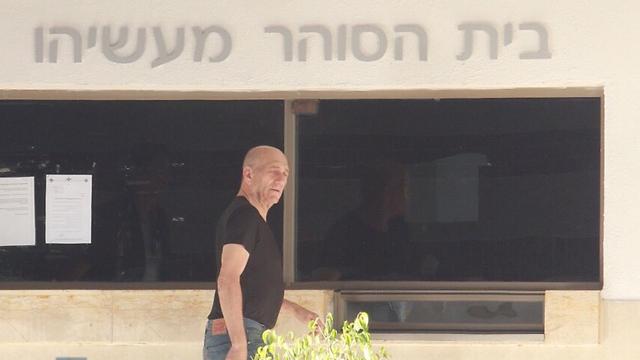 Olmert returning to the Maasiyahu Prison after a furlough (Photo: Dana Kopel)
