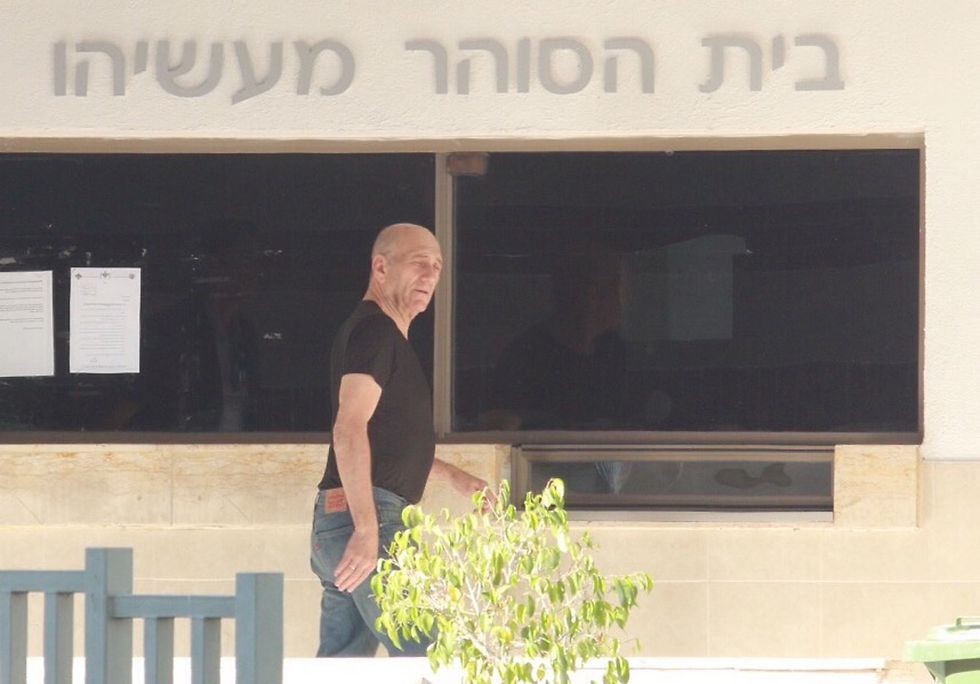 Olmert back to prison after furlough (Photo: Dana Kopel)
