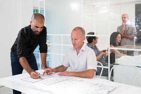 ליאור ויתקון (מימין) וליאור ציונוב. כבר זכו בתכנון מרכז בשוק העלייה בדרום ת''א ובתכנון מחודש של קמפוס מכללת צפת (צילום: Mikaela Burstow Uziel)