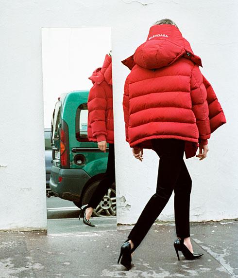 """אווירת הרחוב מעניקה תחושה של """"מציאות"""", ולא של אופנה מנותקת הפונה לעשירים בלבד. ליתאי מרכוס בקמפיין של בלנסיאגה"""