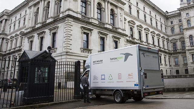 משאית הובלה במעון ראש הממשלה הבריטי (צילום: gettyimage) (צילום: gettyimage)