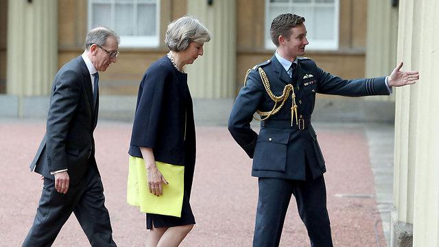 מראים למיי את הדרך למלכה (צילום: AP) (צילום: AP)