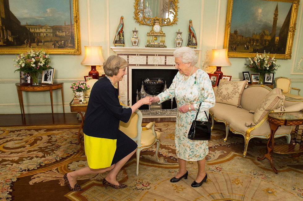 כורעת ברך - ונכנסת לתפקיד. תרזה מיי עם המלכה אליזבת (צילום: AP) (צילום: AP)