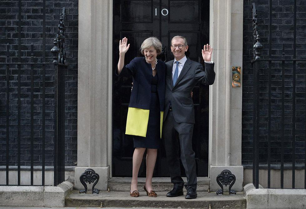 תרזה מיי עם בעלה פיליפ בכניסה למעון ראש הממשלה ברחוב דאונינג 10 בלונדון (צילום: AFP) (צילום: AFP)
