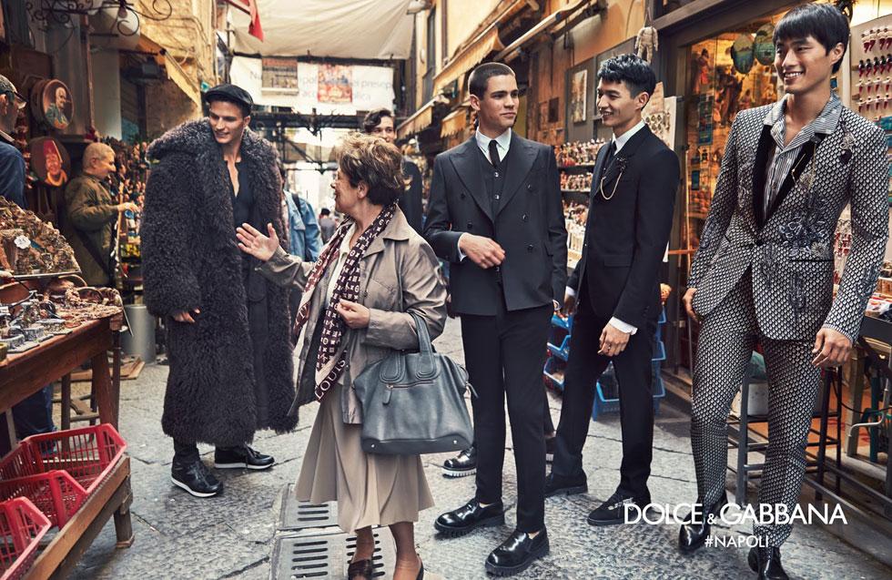 ניגודיות הומוריסטית בין הדוגמנים הנוצצים לאווירת הרחוב היומיומית. דולצ'ה & גבאנה