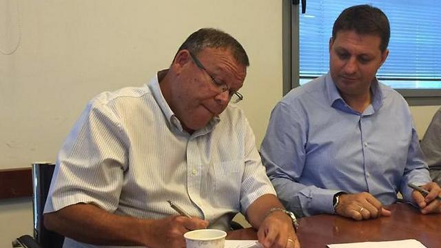 בר-דוד וביבס חותמים על ההסכם ()