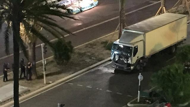 שוטרים ליד המשאית (צילום מתוך טוויטר) (צילום מתוך טוויטר)