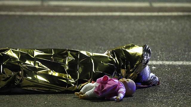 גופת אחת ההרוגות ולידה בובה (צילום: רויטרס) (צילום: רויטרס)