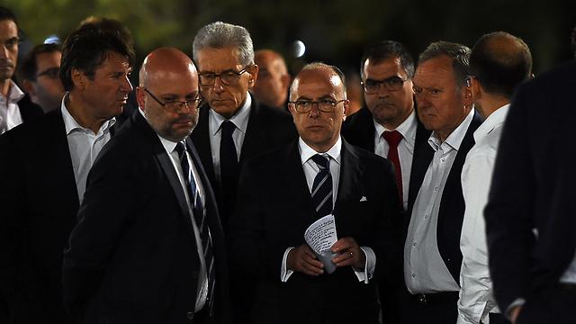 שר הפנים הצרפתי בזירת הפיגוע (צילום: AFP) (צילום: AFP)