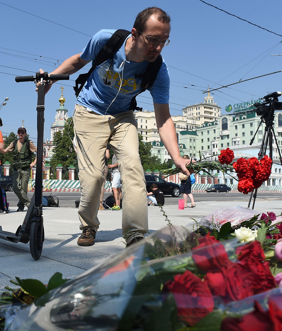 Laying flowers the morning after the terror attack (Photo: AFP)