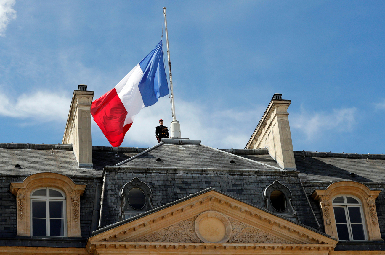 The French flag at half-mast (Photo: reuters)