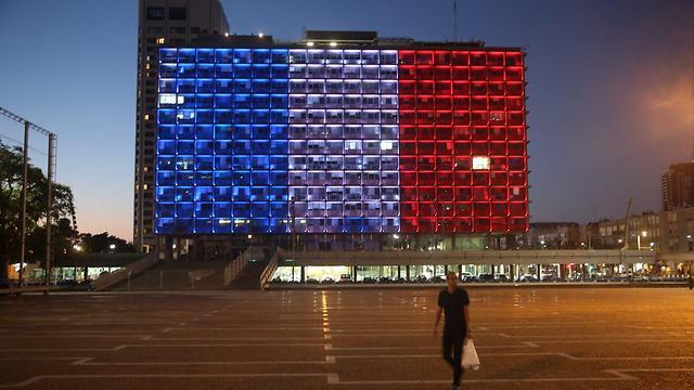 French flag on the Tel Aviv municipality building (Photo: Motti Kimchi)