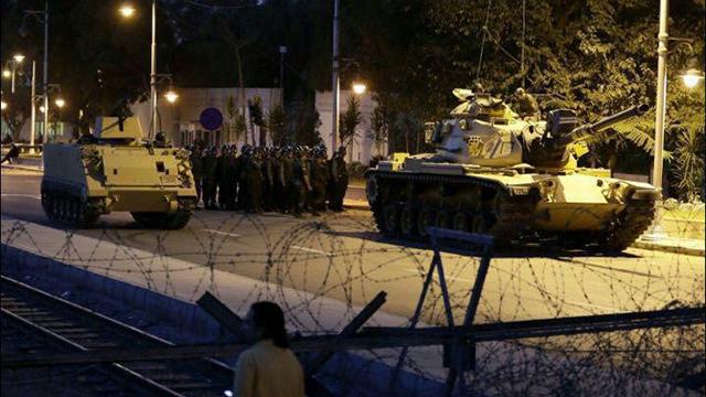 23:00: דיווחים ראשונים על ירי באנקרה ומסוקים בשמי איסטנבול ()
