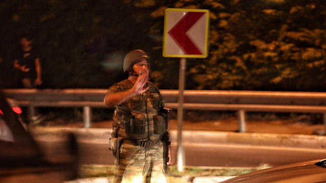 """23:32: גורם בצבא טורקיה מודיע - """"תפסנו את השלטון כדי להציל את הדמוקרטיה"""". הרמטכ""""ל נלקח בן ערובה וחיילים משתלטים על הטלוויזיה הממלכתית. מובילי המרד נגד ארדואן מכריזים על עוצר לילי בכל המדינה (צילום: gettyimages) (צילום: gettyimages)"""