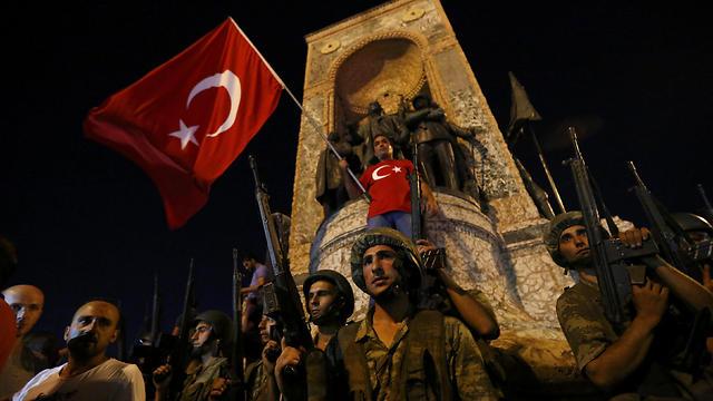 00:40: באתרים מרכזיים באיסטנבול ובאנקרה, חילונים מתנגדי ארדואן יוצאים לחגוג את מה שנראה באותם רגעים כהפיכה שעשויה להצליח (צילום: רויטרס) (צילום: רויטרס)
