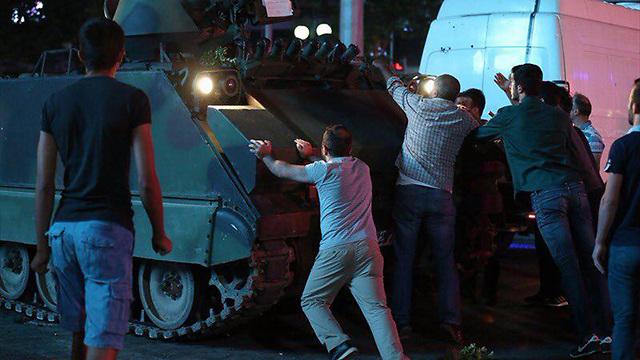 01:25: בעקבות קריאתו של ארדואן מפרים אלפים מתומכיו את העוצר שהכריזו הקצינים המורדים ויוצאים לחסום בגופם את הטנקים ()