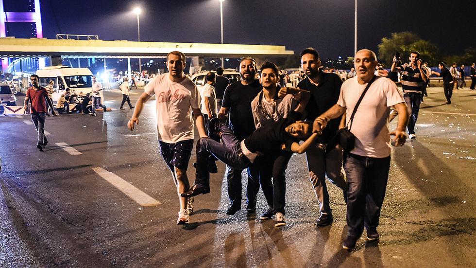 01:59: דיווחים ראשונים על אזרחים שנפגעו. חיילים יורים לעבר מתנגדי ההפיכה שמנסים לחצות את גשר הבוספורוס באיסטנבול (צילום: AFP) (צילום: AFP)