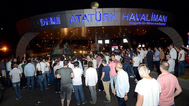 """23:13: כל הטיסות בנמל התעופה הבינלאומי """"אטאטורק"""" מושעות (צילום: רויטרס) (צילום: רויטרס)"""