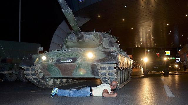 מסתתרים מתחת לטנק (צילום: רויטרס) (צילום: רויטרס)