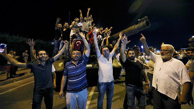 האזרחים כבשו טנק (צילום: רויטרס) (צילום: רויטרס)
