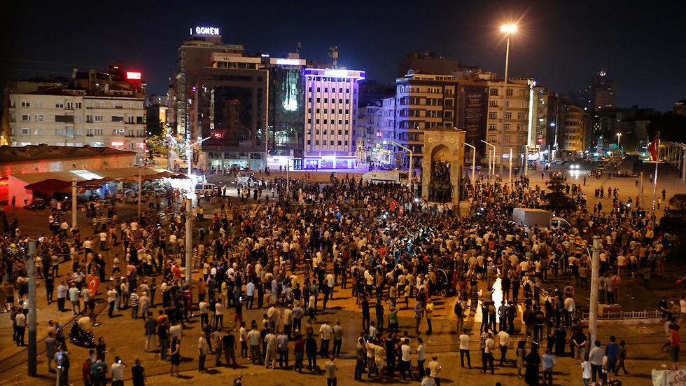02:45: תומכי ארדואן מתכנסים בכיכר טקסים באיסטנבול כדי להביע תמיכה בו (צילום: AP) (צילום: AP)