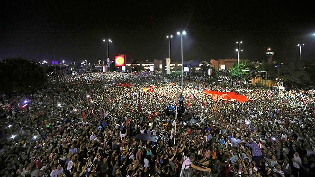 02:46: הציבור לא נשמע לדרישת המורדים להישאר בבתים. אלפים מפגינים ליד נמל התעופה אטאטורק באיסטנבול (צילום: רויטרס) (צילום: רויטרס)