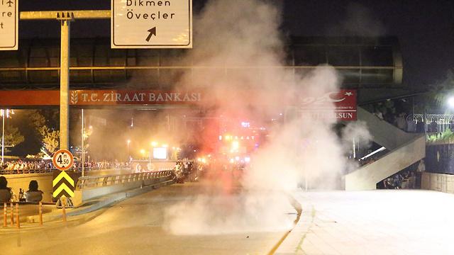 03:35: שישה הרוגים וכ-150 פצועים בעימותים בין הצדדים באיסטנבול (צילום: AFP) (צילום: AFP)