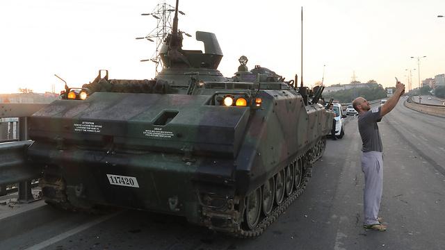 06:00: מי מפחד מטנקים? סלפי עם כוחות ההפיכה באיסטנבול (צילום: EPA) (צילום: EPA)