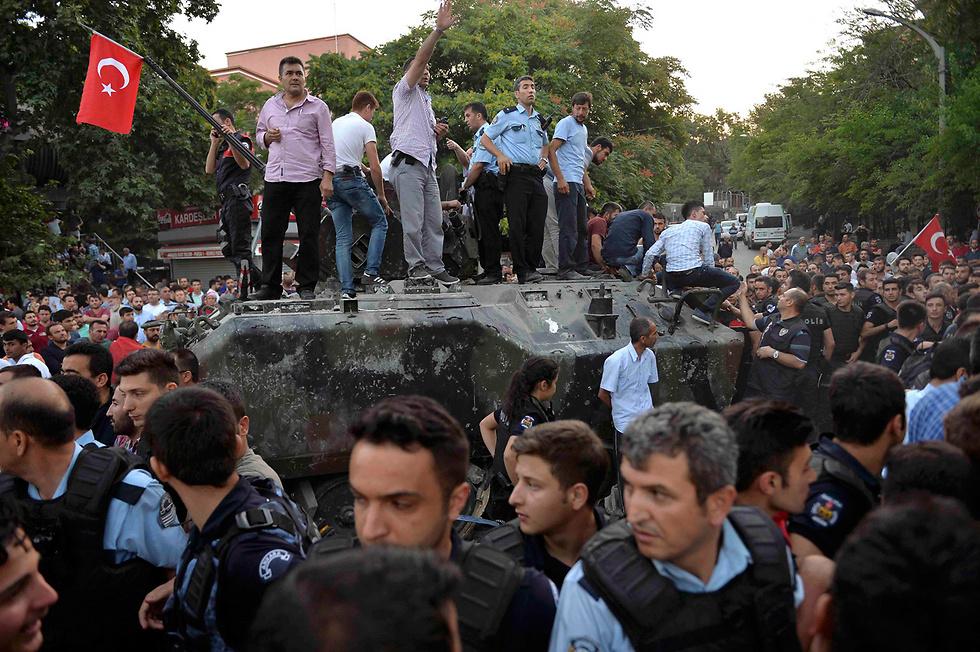 15:59: רשת CNN בטורקית מדווחת כי הצבא הצליח להשתלט על מטה הכוחות המזוינים באנקרה שהיה למעוז האחרון של תומכי ההפיכה. במקביל, ארדואן עובד במרץ ומדיח אלפי שופטים שחשודים שלקחו חלק בניסיון ההפיכה (צילום: רויטרס) (צילום: רויטרס)